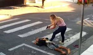 Βίντεο ΣΟΚ: Έβγαλε όπλο για να ληστέψει παιδάκια και σκοτώθηκε από πυρά… μαμάς