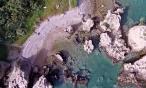 H μυστική παραλία με τα γαλάζια νερά στην Εθνική Αθηνών – Πατρών που σίγουρα δεν γνωρίζεις (vid)