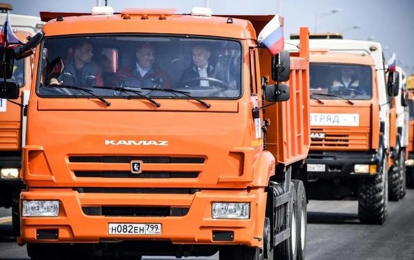 Ο Πούτιν… φορτηγατζής εγκαινιάζει τη «γέφυρα τα χιλιετίας»