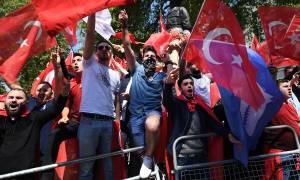 Βρετανία: Τραμπούκοι του Ερντογάν προκάλεσαν επεισόδια στο Λονδίνο (Vids+Pics)