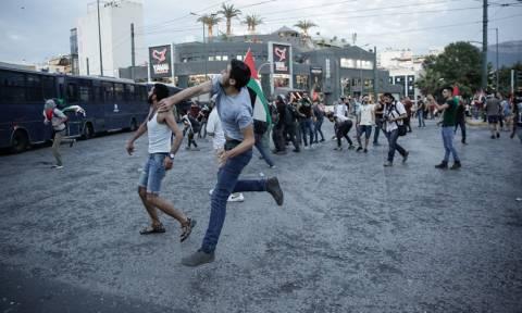 Πορεία για τη σφαγή στη Γάζα: Πετροπόλεμος και χημικά έξω από την πρεσβεία του Ισραήλ (pics)