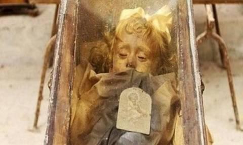 Αυτό το μικρό κοριτσάκι πέθανε πριν από 98 χρόνια. Ξαφνικά... άνοιξε τα μάτια του! (vids+pics)
