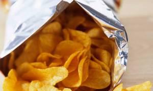 Λύθηκε το μυστήριο: Να γιατί έχουν τόσο μεγάλο κενό οι σακούλες με τα πατατάκια!