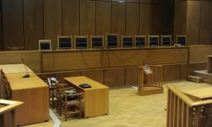 Πανικός σε δίκη στο Γύθειο: Άρπαξε το όπλο αστυνομικού και το κόλλησε στο κεφάλι του μηνυτή