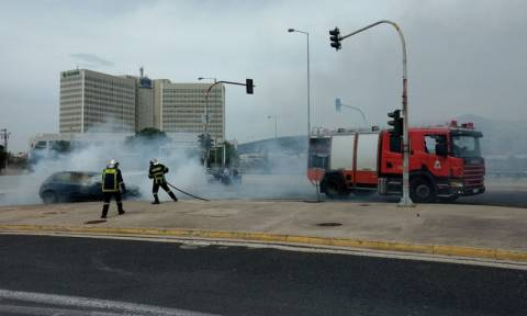 Συναγερμός στην Κηφισίας: Αυτοκίνητο τυλίχθηκε στις φλόγες στο «δαχτυλίδι»