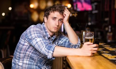 Ξεκαρδιστικό: «Φέρτε μου επιτέλους ξηροκάρπια με το ποτό μου!»
