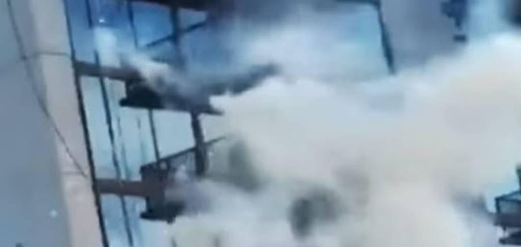 Βίντεο σοκ: Υπάλληλοι καθαριότητας κρέμονται στον αέρα από τον 38ο όροφο - Οι δραματικές στιγμές