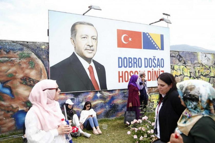 Σόου Ερντογάν στη Βοσνία - «Του άνδρα που έστειλε ο θεός στους Τούρκους» (pics)