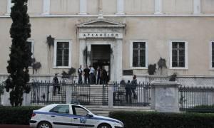 «Ντου» του Ρουβίκωνα στο ΣτΕ - Πέταξαν μπογιές και έσπασαν τζαμαρίες