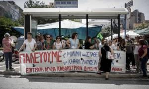 Στους δρόμους οι σχολικές καθαρίστριες – Διαμαρτυρία στο υπουργείο Εσωτερικών (pics)