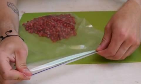 Γεμίζει ένα πλαστικό σακουλάκι με ρόδια. Μόλις δείτε γιατί θα το δοκιμάσετε σίγουρα... (video)