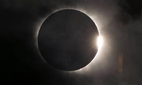 Η λύση στο μυστήριο της «κοσμικής αυγής» βρίσκεται στη σκοτεινή πλευρά της Σελήνης;