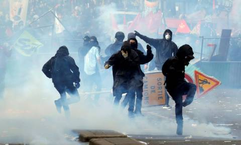 Γαλλία: Συμπλοκές στο Παρίσι μεταξύ αντιεξουσιαστών και αστυνομικών (Vids+Pics)