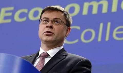 Ντομπρόβσκις: Τα σενάρια για ελάφρυνση του ελληνικού χρέους