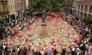 Ένας χρόνος μετά: Θρήνος στη Βρετανία για τους 22 νεκρούς της τρομοκρατικής επίθεσης στο Μάντσεστερ