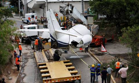 Εφιάλτης: Αεροπλάνο κόπηκε στα δυο - Σοκαριστικές εικόνες