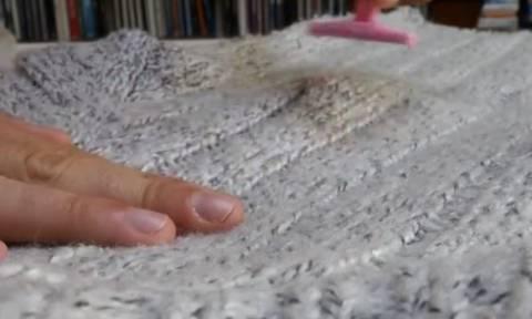 Πήρε ένα ξυράφι κι άρχισε να... ξυρίζει την μπλούζα της. Θα το κάνετε σίγουρα... (video)