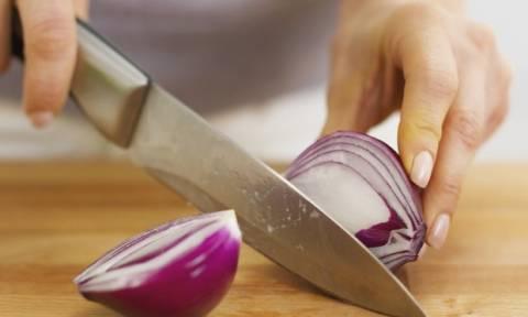 Πώς θα κόβεις από εδώ και πέρα το κρεμμύδι χωρίς δάκρυα