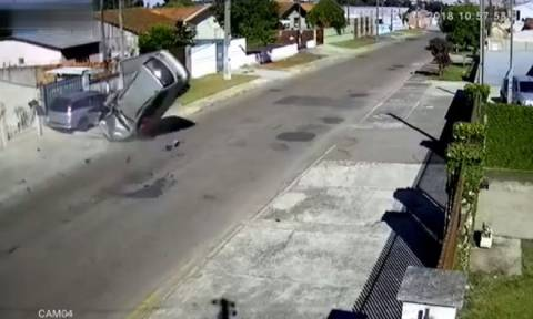 Σοκαριστικό: Βγήκε ζωντανός από ΑΥΤΟ το τρακάρισμα! (video)