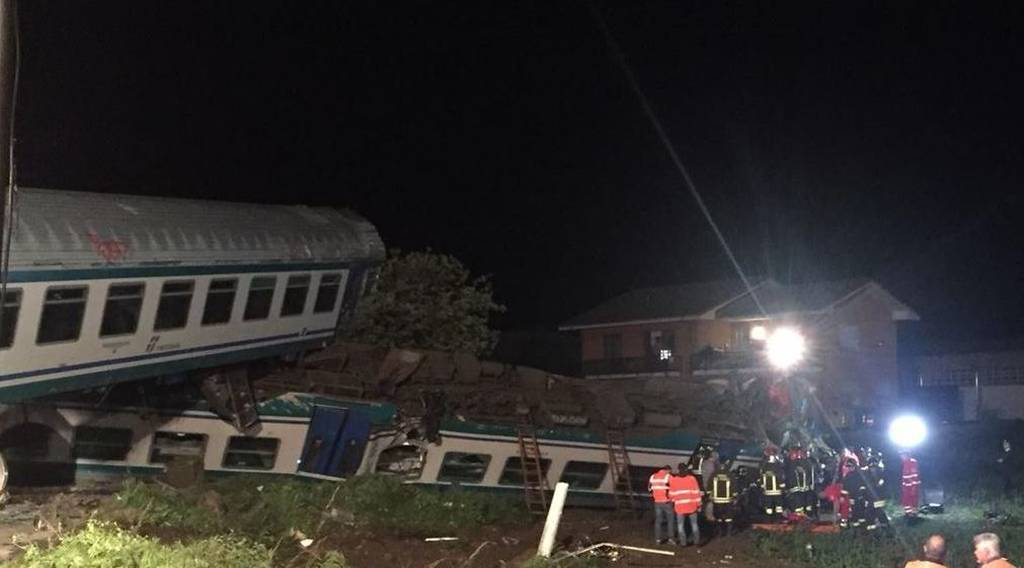 Ιταλία: Τρένο συγκρούστηκε με φορτηγό - Δύο νεκροί και πολλοί τραυματίες (pics&vid)
