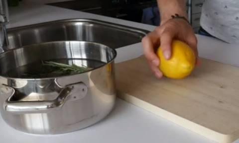 Ρίχνει λεμόνι, δενδρολίβανο και βανίλια στην κατσαρόλα! Κάντε το και απολαύστε ατμόσφαιρα... (video)