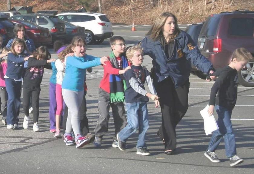 Μήνυση κατά του συνωμοσιολόγου Άλεξ Τζόουνς για τη σφαγή στο δημοτικό σχολείο Sandy Hook