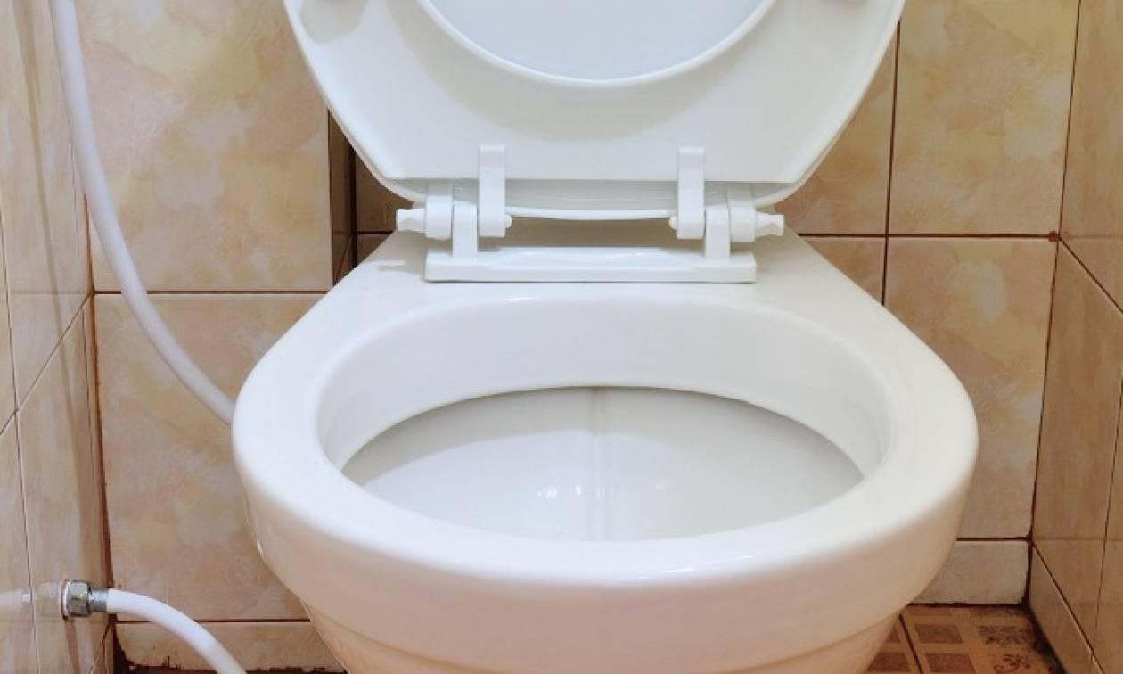 Βάζει χαρτί υγείας στη λεκάνη σε δημόσιες τουαλέτες; Σωστό ή λάθος; (video)