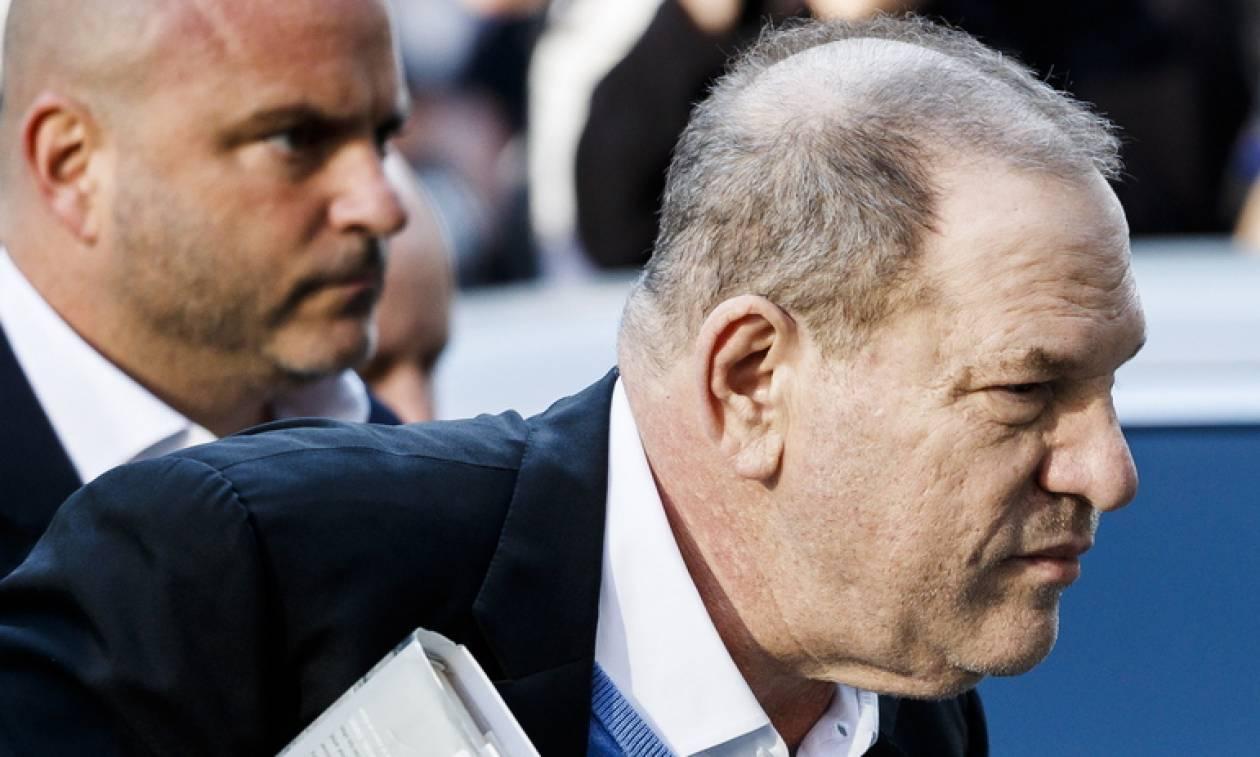 Χειροπέδες στον Γουάινσταϊν: Κατηγορείται για βιασμό και σεξουαλική κακοποίηση (pics+vid)