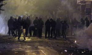 Πεδίο μάχης και πάλι τα Εξάρχεια - «Βροχή» μολότοφ εναντίον ΜΑΤ