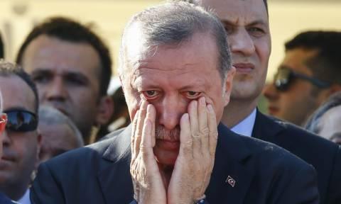 Σε απόγνωση ο Ερντογάν: Βγάλτε τα ευρώ και τα δολάρια από το μαξιλάρι και κάντε τα τουρκικές λίρες!