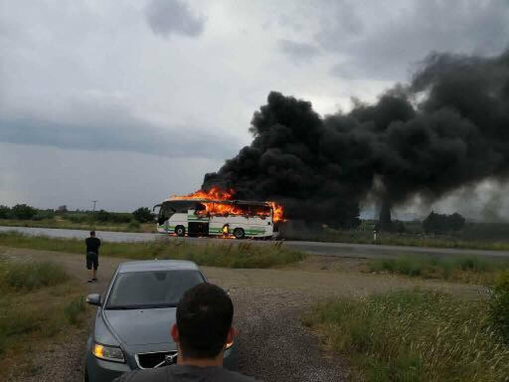 Εικόνες ΣΟΚ στον Έβρο: Λεωφορείο γεμάτο επιβάτες χτυπήθηκε από κεραυνό (vid+pics)