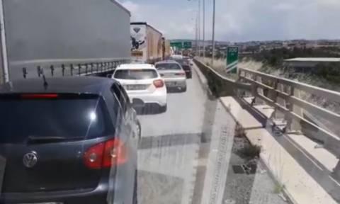 Το βίντεο της ντροπής: Ασθενοφόρο στη Θεσσαλονίκη έχει εγκλωβιστεί στη Λωρίδα Εκτάκτου Ανάγκης