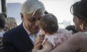 Προκόπης Παυλόπουλος: Η συγκίνηση και οι τρυφερές στιγμές στη βάπτιση των δίδυμων εγγονών του (vid)