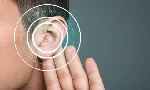 Απώλεια ακοής σε νεαρή ηλικία: Ποιοι οι κίνδυνοι για τον εγκέφαλο