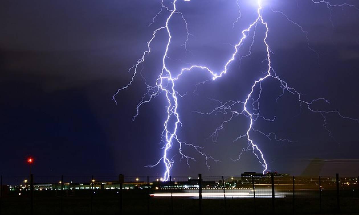 Λονδίνο: Χάος και πανικός στο αεροδρόμιο Στάνστεντ - 64.000 κεραυνοί μέσα σε λίγες ώρες! (vids+pics)