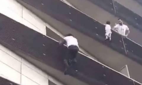 Γαλλία: Ο νεαρός μετανάστης που έσωσε ένα 4χρονο παιδί θα γίνει δεκτός από τον Μακρόν (vid)