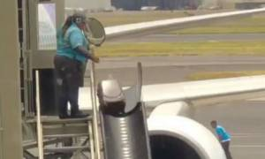 Αν είναι δυνατόν: Δείτε πώς μεταφέρουν τις αποσκευές στα αεροδρόμια! (video)