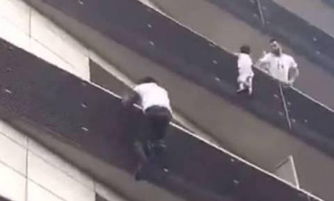 Γαλλία: Ο 4χρονος που κρεμόταν στο κενό είχε πέσει ήδη 5 μέτρα και ο πατέρας του έπαιζε Pokemon Go!