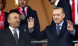 Μαθήματα… δημοκρατίας από Τσαβούσογλου: Bγήκε μπροστά για το «δικτάτορα Ερντογάν»