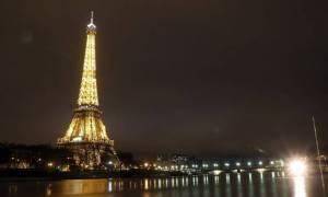 Συγκλονιστικό βίντεο: Η στιγμή που ο Πύργος του Άιφελ χτυπήθηκε από κεραυνό