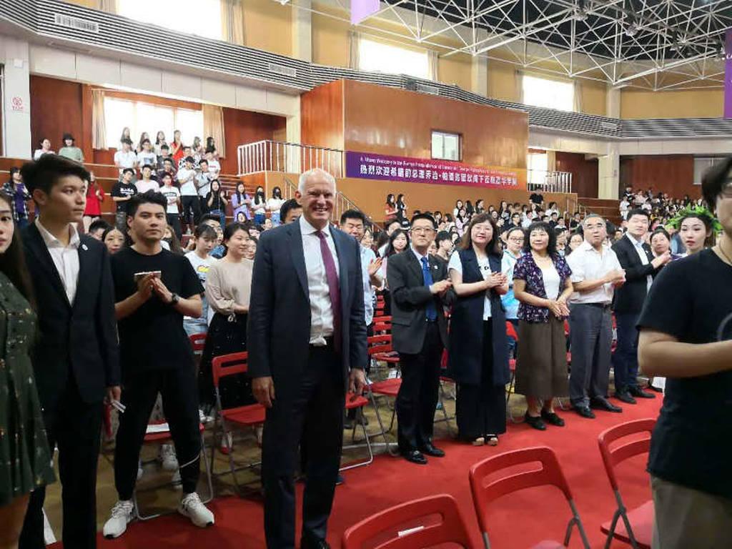 Δείτε τους κινέζους να φωτογραφίζουν τον Παπανδρέου