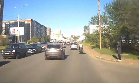 Πήγε να αποφύγει την κίνηση με τη μηχανή του και δείτε τι έπαθε (video)