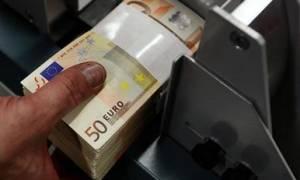 Βγαίνουν τα λεφτά από το στρώμα και επιστρέφουν στις τράπεζες