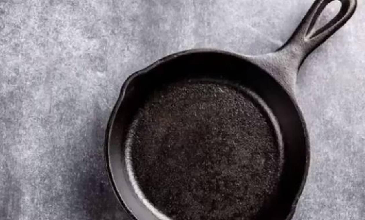 Βάζει το αντικολλητικό τηγάνι στο φούρνο μικροκυμάτων. Θα το κάνετε αμέσως (video)