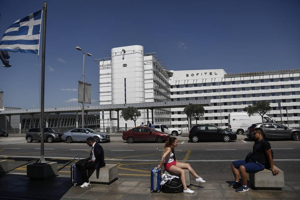 Απεργία: Τουρίστες ξάπλωσαν στο γκαζόν του Ελ. Βενιζέλος, περιμένοντας να πετάξουν (photos)