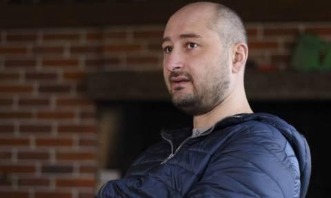 Επέστρεψε από το θάνατο! «Νεκρός» δημοσιογράφος εμφανίστηκε σε συνέντευξη Τύπου για να...