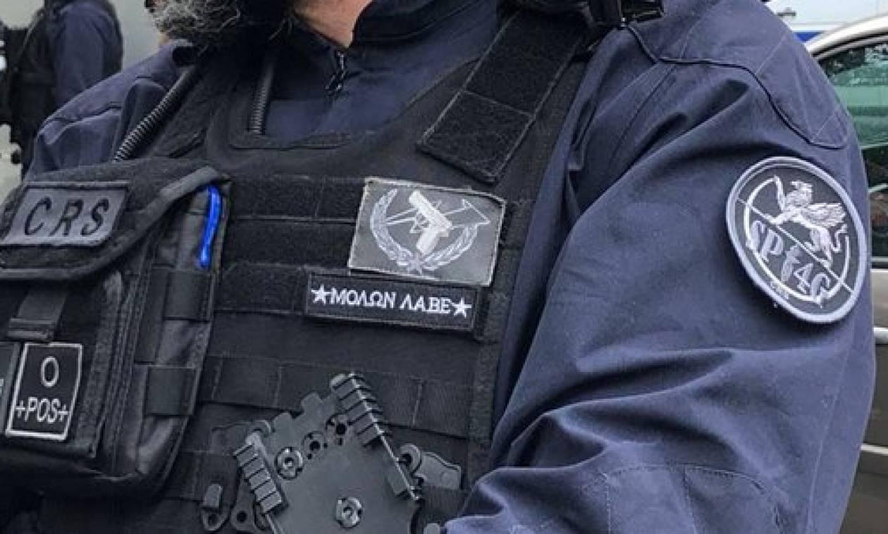 Απίστευτο: Αστυνομικός έραψε «Μολών λαβέ» στη στολή του και κιδυνεύει με «ξήλωμα»