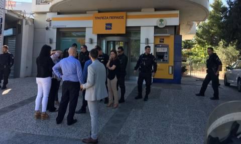 Τρόμος στη Λυκόβρυση: Ληστεία σε τράπεζα με βαριοπούλες και καλάσνικοφ