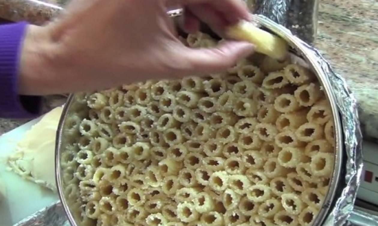 Βάζει βρασμένα ζυμαρικά σε τηγάνι - Μόλις δείτε γιατί θα το κάνετε αμέσως! (video)