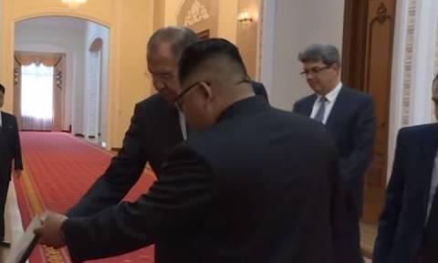 Το... μυστηριώδες δώρο του Λαβρόφ στον Κιμ Γιονγκ Ουν - Εφικτή η συνάντηση με Πούτιν (vid)